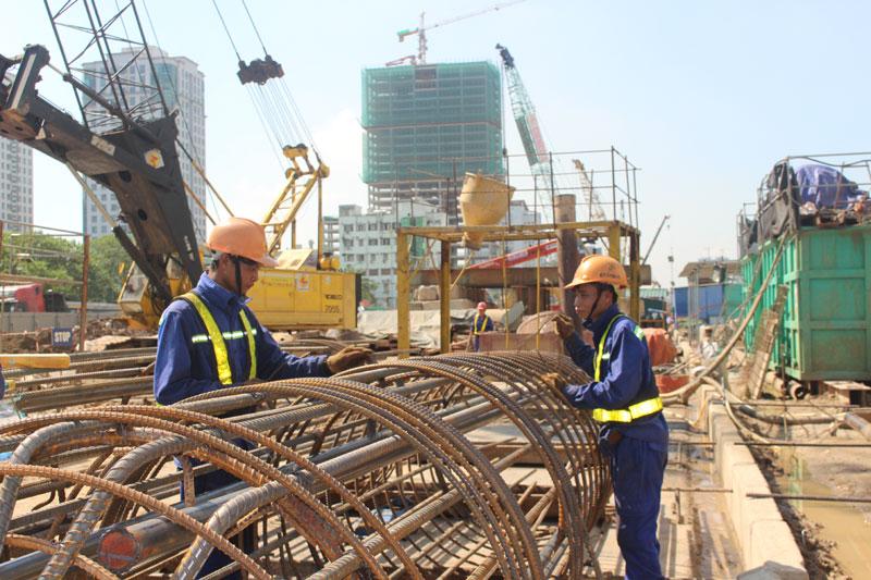 建設現場で6人の男性労働者を募集
